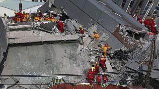 Tayvan'da depremden 48 saat sonra enkazdan sağ çıktılar
