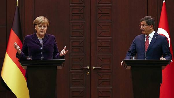 Merkel y Davutoglu critican los bombardeos rusos en Siria que agudizan la crisis de los refugiados