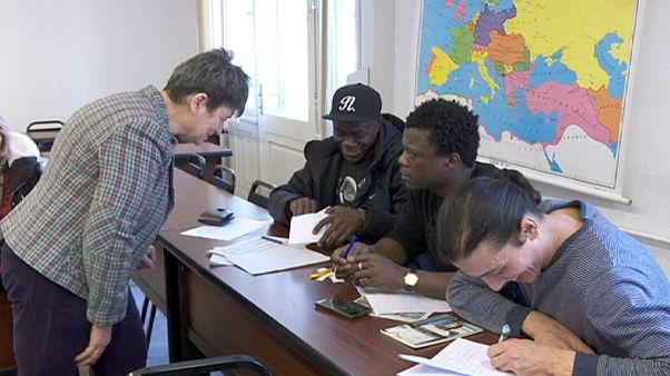 Macaristan'da OLIve gönüllüleri mültecilere eğitim sunuyor