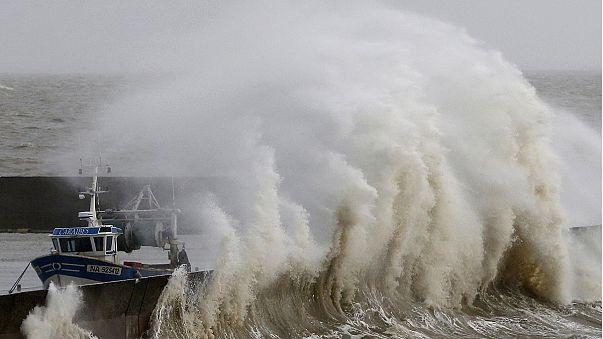 Fransa'nın kuzeyi fırtınaya teslim