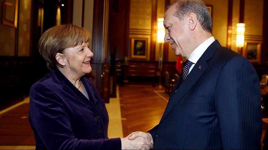 Angela Merkel ad Ankara per parlare dei profughi siriani. Chiesto l'intervento della Nato