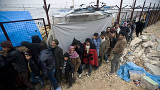 Tens of thousands of Syrian refugees in camps next to Turkey border