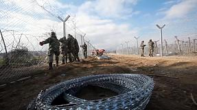 FYROM reinforces border fence to limit refugees