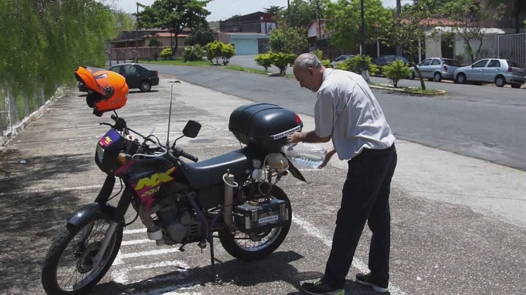 Vízüzemű motorbiciklivel robog egy São Pauló-i férfi?
