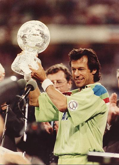 Imran Khan holds cricket\'s World Cup aloft in 1992.