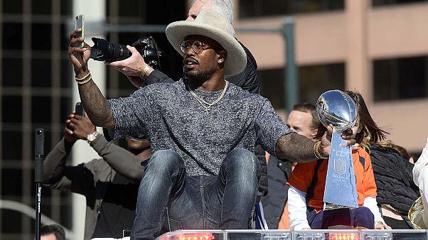 Broncos exibem troféu de campeões nas ruas de Denver