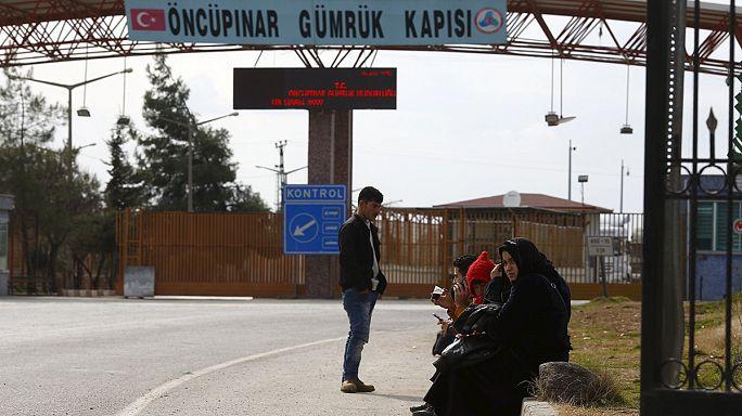 معاناة عشرات آلاف النازحين السوريين على الحدود التركية