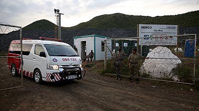 Trois mineurs sud-africains toujours coincés sous des tonnes de roches.