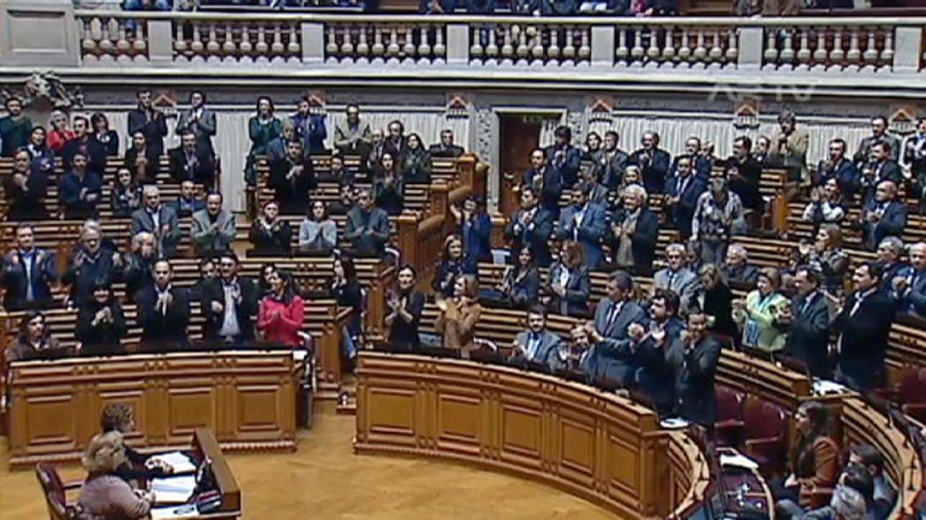El Parlamento portugués retira los vetos de Cavaco-Silva sobre las adopciones en parejas homosexuales