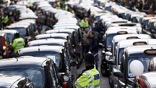Taxi bloccano Londra per protesta contro Uber