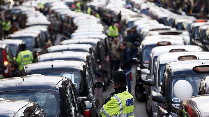 """سائقو سيارات الأجرة اللندنيون يحتجون رفضًا لنظام """"أوبير"""""""