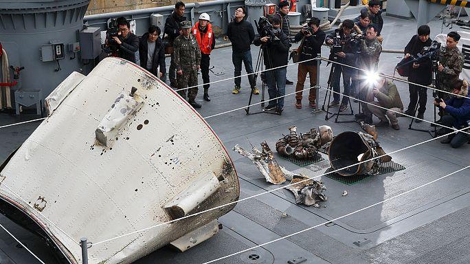 """سيول تعرض حطام """"صاروخ بيونغ يانغ بعيد المدى"""""""