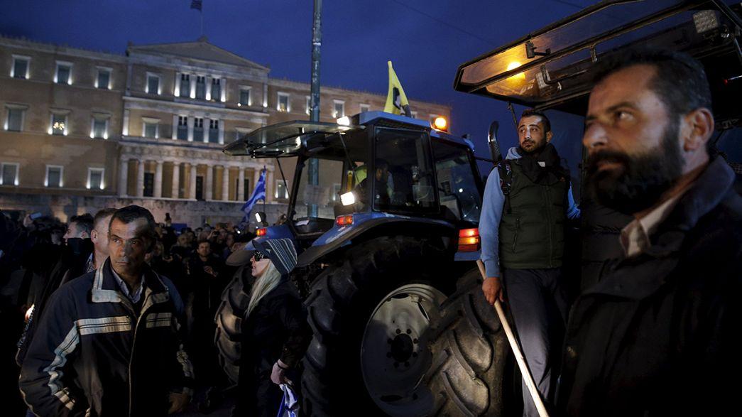 La ira del campo griego contra el aumento de sus cotizaciones a la seguridad social retumba en Atenas