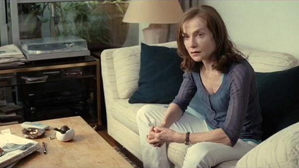 النجمة الفرنسية إيزابيل هوبير تتألق في اليوم الثالث من مهرجان برلين السينمائي