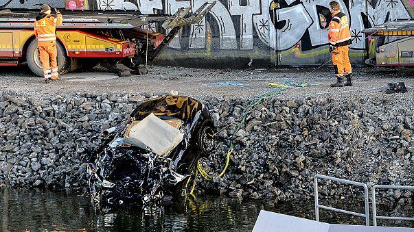 Müzisyenler 25 metreden kanala uçtu: 5 ölü