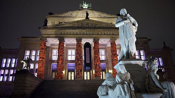 Menekültek mentőmellényei a berlini opera homlokzatán