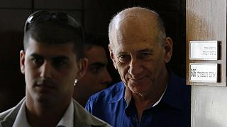 Ehud Olmert atrás das grades