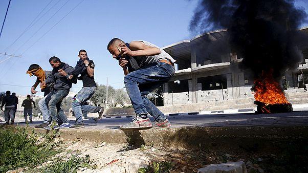 Ramallah:Jovens palestinianos enfrentam militares israelitas