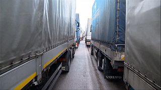 Ucraina e Polonia chiudono passaggio, camion russi bloccati alle porte dell'Europa