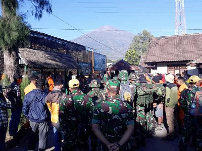 Hundreds trapped on Mount Rinjani after Lombok earthquake