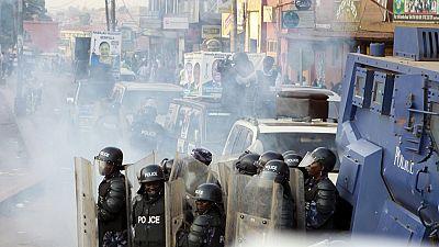 Au moins un mort à Kampala dans des heurts entre la police et des opposants