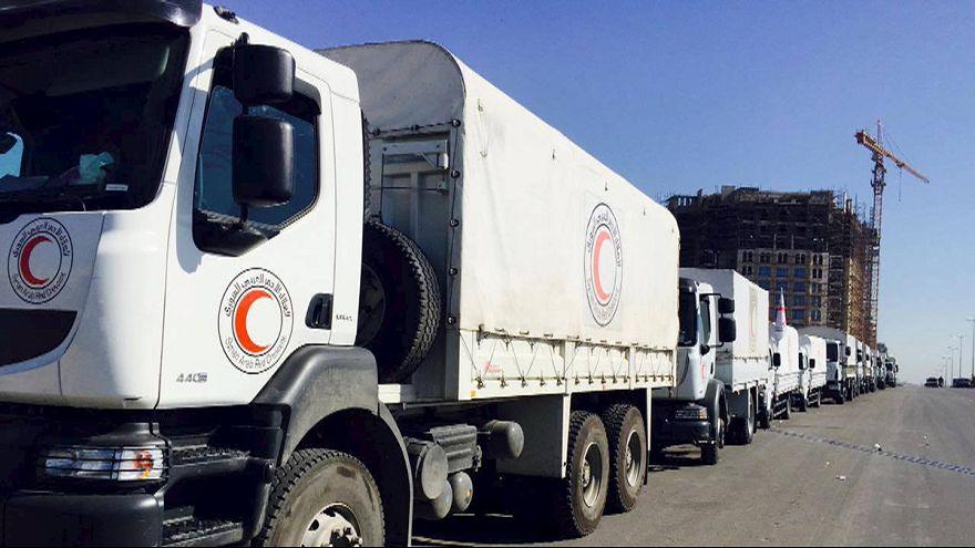 Suriye'de kuşatma altındaki kentlere yardım dağıtılıyor