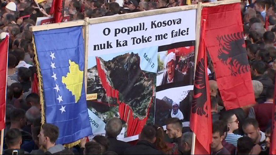 Hatalmas tömeg tüntet Koszovó fővárosában