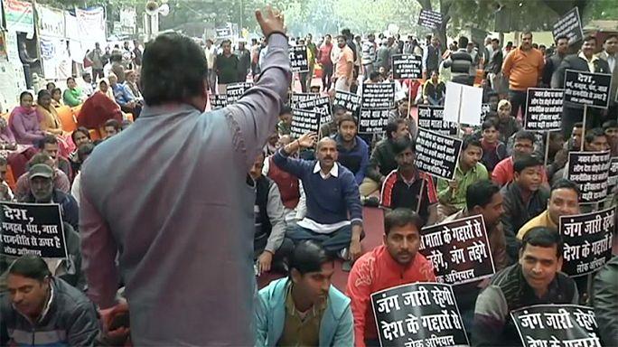 India: avvocati lanciano pietre contro manifestanti