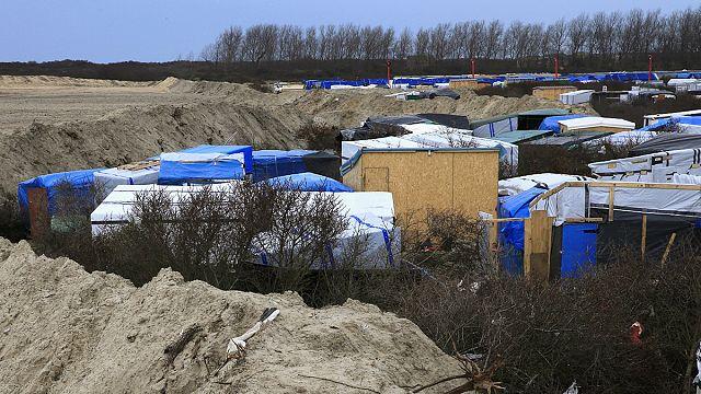 """Беженцев выселяют из """"Джунглей"""": репортаж из Кале"""