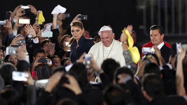 البابا يدعو من الحدود المكسيكية الأمريكية إلى فتح الأحضان للمهاجرين