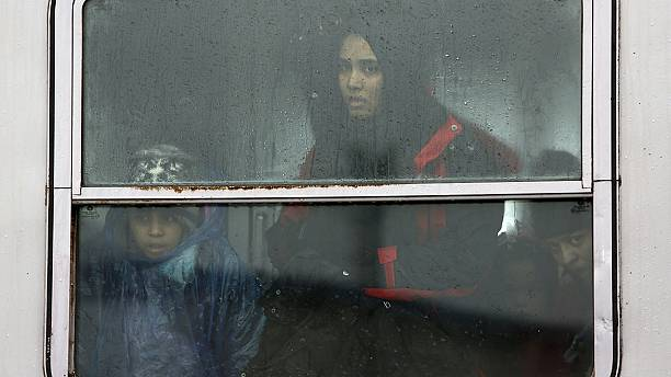 EU warns Austria over daily migrant quotas