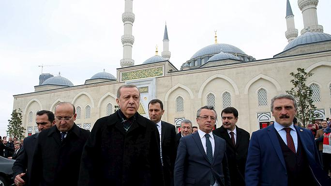 A török elnök szerint a kurd milíciáknak szállított amerikai fegyverekkel civileket ölnek