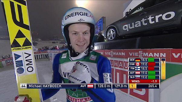 Michael Hayböck vuela en el trampolín de Lahti