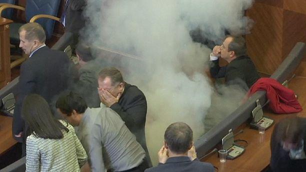 Kosovo: opposition set off tear gas in parliament