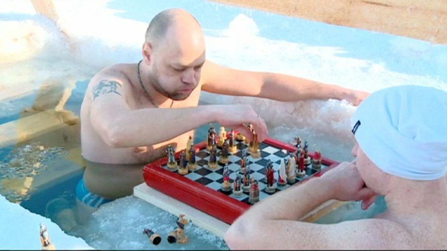 Russie: un tournoi d'échecs dans le l'eau glacée