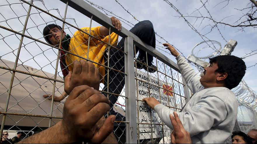 Menekülők százai rekedtek a görög-macedón határ között