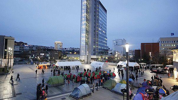 Cientos de kosovares acampan en el centro de Prístina para exigir nuevas elecciones