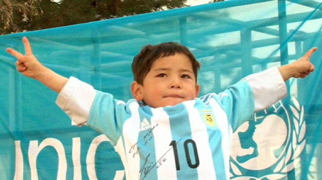 Bimbo afghano supertifoso di Messi, riceve magliette con dedica