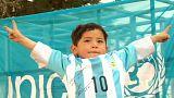 Menino afegão recebe camisola de Lionel Messi