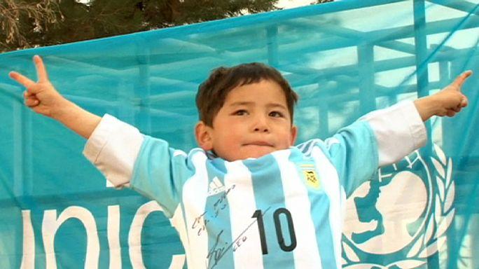 Lionel Messitől kapott ajándékot a nejlonzacskó-mezt viselő afgán kisfiú