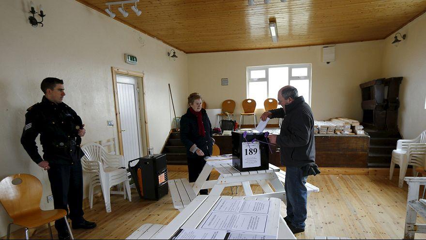 """Irlanda: Eleitores """"cansados da austeridade"""" votam em legislativas de resultado incerto"""