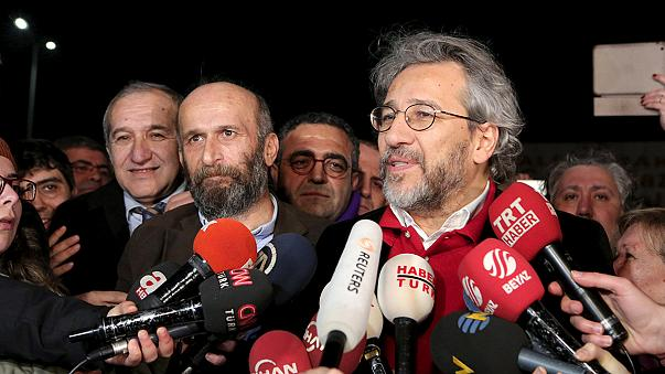 Liberados dos periodistas turcos tras tres meses de prisión preventiva por un artículo sobre el tráfico de armas