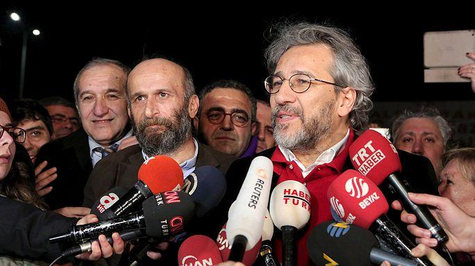 """الافراج عن الصحفيين """"جان دوندا و""""ارديم جول"""" بعد سجنهما لمدة ثلاثة أشهر"""