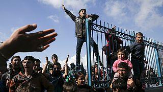 Grecia: centinaia di migranti accampati nel centro di Atene, migliaia bloccati alla frontiera