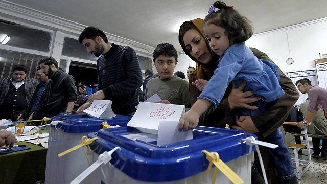 Iran : longues files d'attente devant les bureaux de vote qui ferment plus tard que prévu