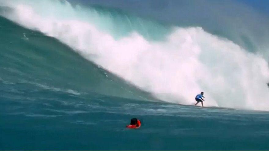 Eddie dalgaları üzerinde sörf