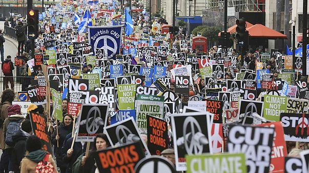 Sokan tüntettek Londonban a brit kormány atomfegyver-programja ellen