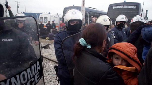 Ezrek vesztegelnek a macedón-görög határon