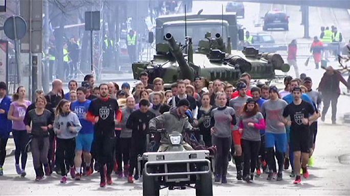 Serbia: carrera por la paz junto a tanques militares