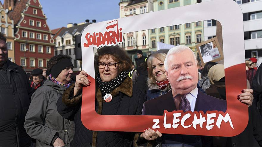 Polonia, solidarietà per Walesa. Migliaia in piazza contro le accuse del governo